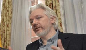 """Assange dice que el """"espionaje"""" es la principal actividad de Google"""