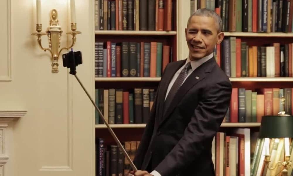 Obama creando un selfie con palo