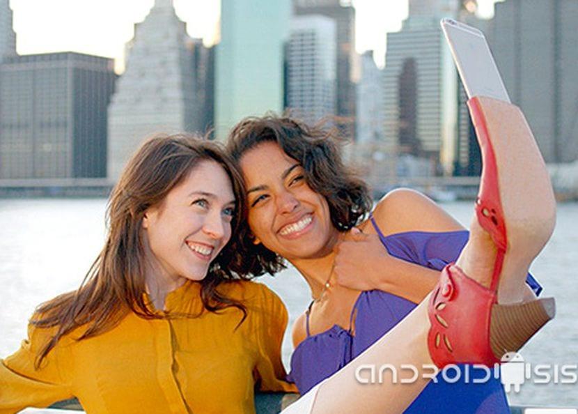 Mundo curioso Android; Hoy, el zapato para Selfies, adios al palo de selfies