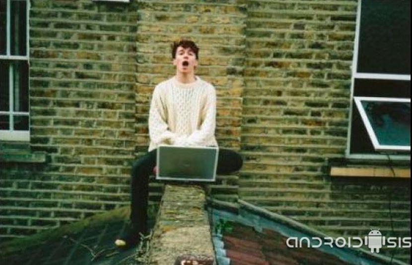 Tio colgado en tejado robando wifi al vecino