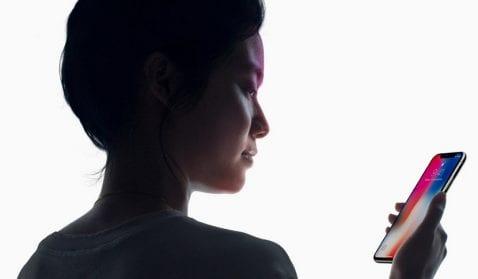 Mujer haciendo reconocimiento facial Android