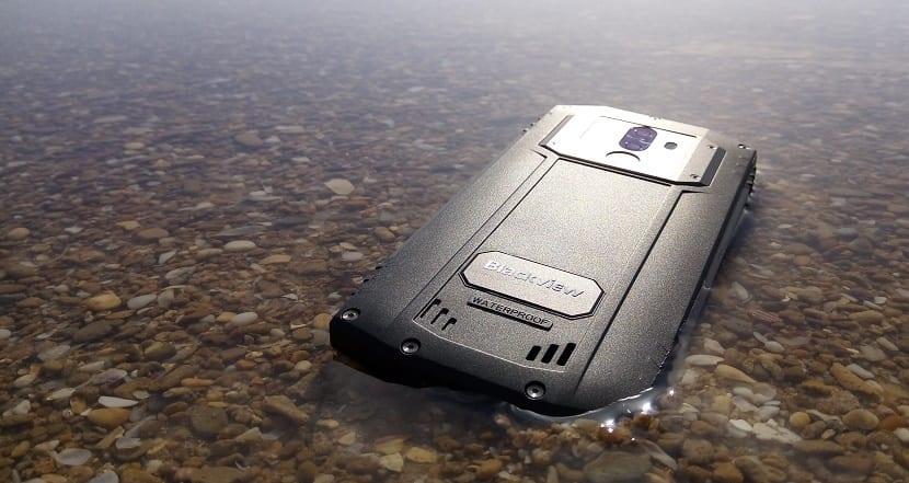 Blackview BV 9000 Pro en el agua