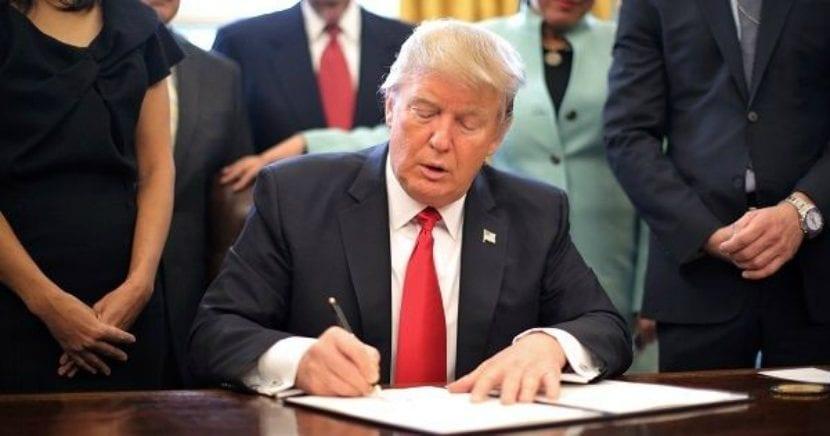 Donald Trum firma una nueva ley en contra de varias compañías chinas