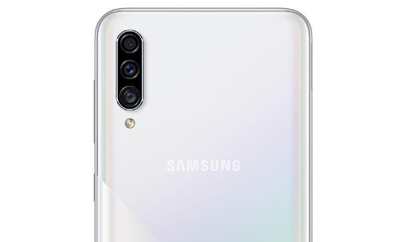 Galaxy A30s por detrás