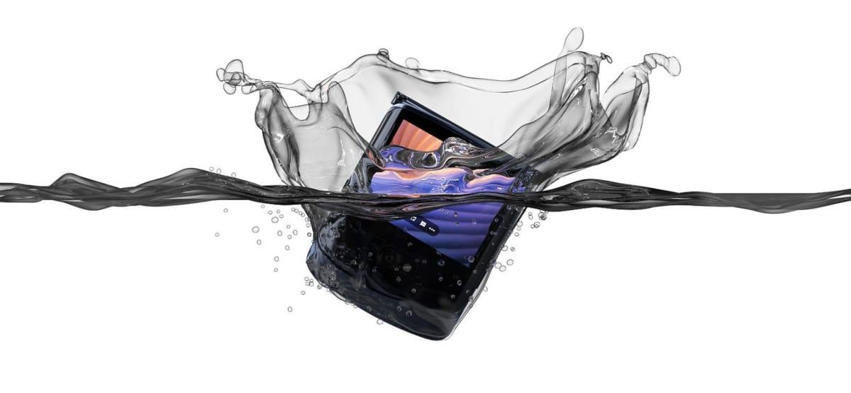 El Motorola Razr 5G solamente repele el agua, mas no es resistente a sumersiones